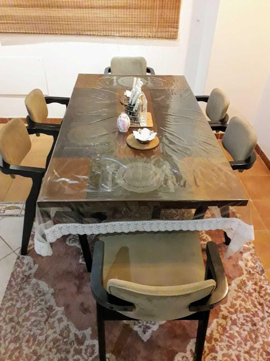Solid wood dining table - Second Hand Dubai